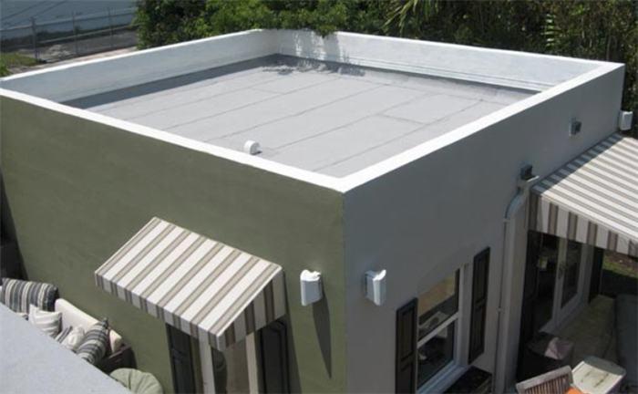 telhado embutido em casa pequena